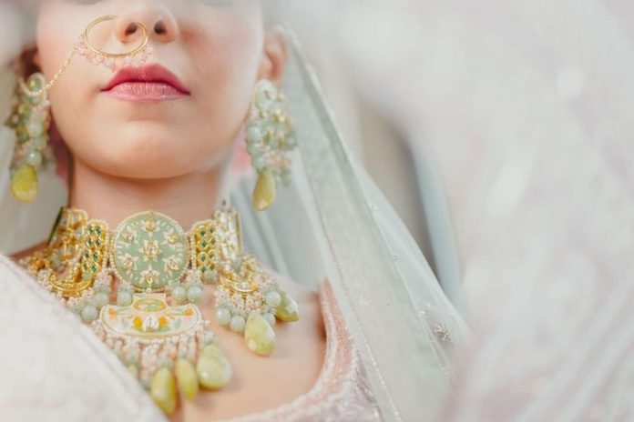9 Gold Choker Necklace Styles That Are Perfect For The Wedding